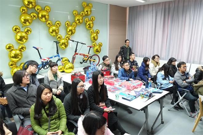开幕式现场陈列展示了上海设享网络科技有限公司已有的漫威、迪士尼相关衍生产品,产品丰富多彩,各种汽车配件、家具用品、自行车,或可爱,或炫酷,引来同学们的参观。下午的开幕式鲍老师主持,在进行来宾介绍之后,张凌浩副院长做了开幕讲话,张副院长谈到对天狐设计公司的理解,以及之前与天狐设计公司已经有很成功的交流,并对工作坊的后期进程有所期待,希望通过本次工作坊能与天狐设计公司的合作再铺前景。